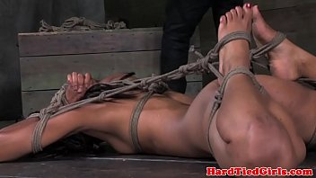 Ebano bdsm sub Nikki Darling hogtied - video sesso gratis
