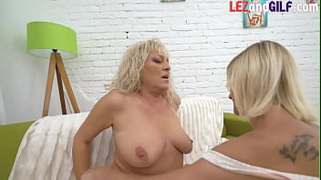 Curvy gilf les pussylicked and fingered by her dyke gf