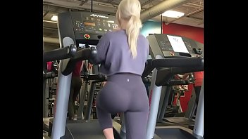 Blonde Chick Shows off Nice Ass in Leggings