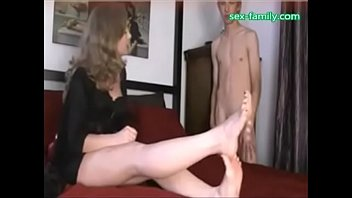 licking moms feed and i get present from mom www.sex-family.com