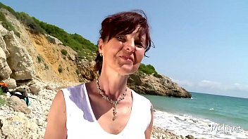 Streaming Video Joyce cougar gourmande baisée sur la plage - XLXX.video
