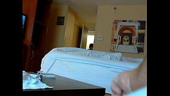 sexo casero con Caught jerking by hotel maid flash