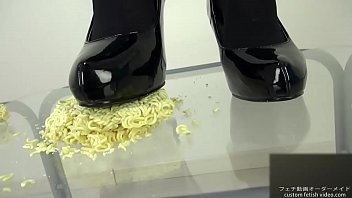 Pumps foodcrush Noodles into pieces