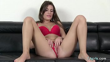 Alluring Babe Enjoys Solo Action