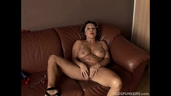 Gorgeous granny with nice big tits fucks her juicy pussy for you Vorschaubild