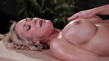 Mom, they are boobs! You have them too! - Carter Cruise and Brandi Love