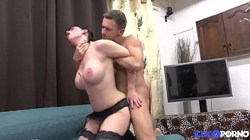 Clarisse, brunette milf fucked in the chain!