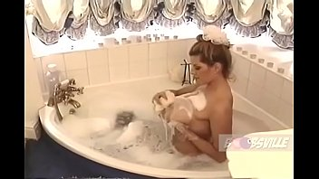Nikki Knockers takes a bath