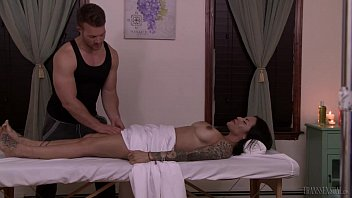 Convincing shemales Tranny foxxy convinces muscular masseuse jett parker