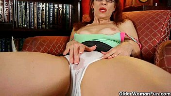 Classy mature lady masturbates in panties and pantyhose porno izle