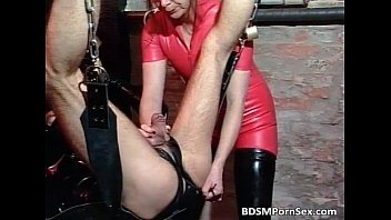 Guy masked in leather acts in BDSM play 26分钟