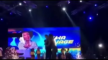 wizkid and Tiwa savage kiss on stage
