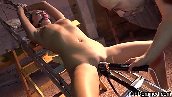 Gagged beauty toyed while restrained 8分钟