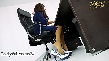 Mature Mistress Herrin Carmen shows Nylons and High Heels in the office