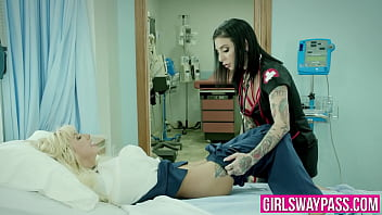 Doctor lesbo Jenna sativa and kenzie reeves have a pussy licking session