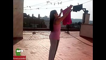 Couple climbs to the terrace of the estate and end up having sex between the clothes CRI048