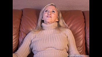 Milf older ladies - Super sexy older lady plays with her juicy pussy for you