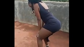 Thick black queen twerking