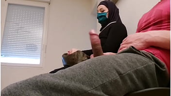 Pervert doctor puts a hidden camera in his waiting room, this muslim slut will be caught red-handed with empty French ball 6分钟