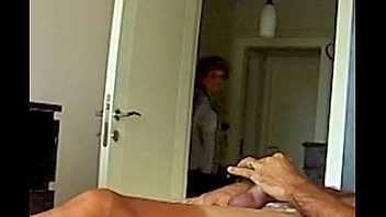 Mama ve el video porno de su hija, Mom Fascinated By Daughters Sextape