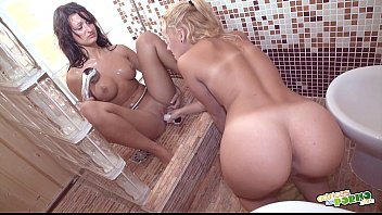 Duchita caliente - Hot lesbians at the shower