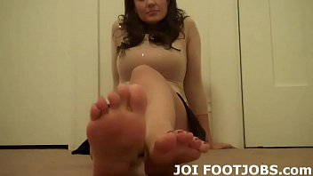 Shoot your hot cum on my cute little toes
