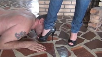 crawl at her feet under harsh wipping - 77cams.org
