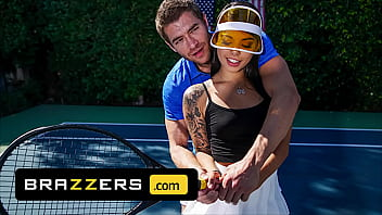 (Xander Corvus) Massages (Gina Valentinas) Foot To Ease Her Pain They End Up Fucking – Brazzers