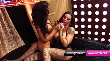 Lesbians Rio Lee & Tina Love in bondage gear fucking live 10分钟