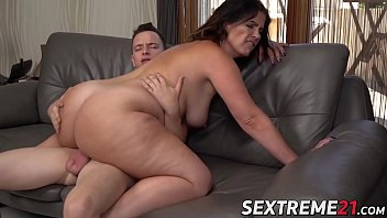 Busty MILF Nikki Nuttz pussy licked and fucks to eat cum