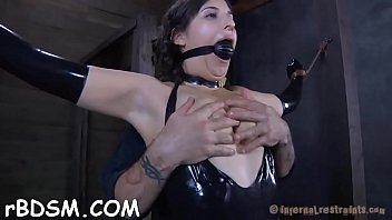 Bounded slave beauty is getting a lusty slit punishment 5分钟