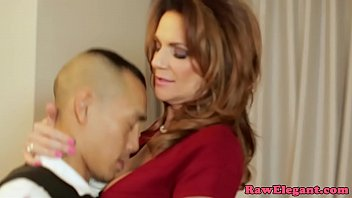Hugetits cougar screwed from behind 9分钟