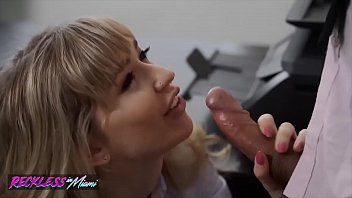 Streaming Video Sexy (Mackenzie Moss) Calls The Repair Guy To Fix Her Pc Problem - Reckless In Miami - XLXX.video