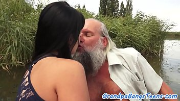 Teen babe fucked outdoors by oldie 6分钟