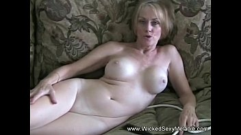 She Were Having A Phone Business Deal While Blowing Cock pornhub video