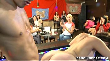 Racy blowjobs with strippers 5分钟