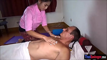 Thailand massage and (フェラ)blowjob session with a petite masseuse