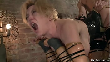 MILF in latex anal fucked in bondage 5分钟