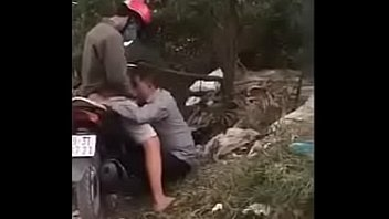 Vietnamese boys want to suckle in the middle of the road