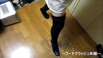 【fetish】Japanese girl food crush with Knee high socks strap shoes.