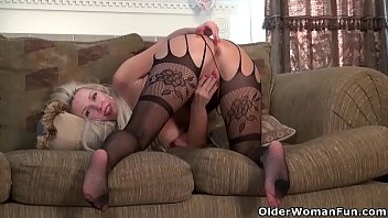 Nyloned milf Beth from the USA needs that orgasmic rush thumbnail