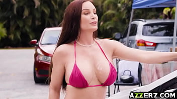 Hot cougar Diamond Foxxx fucked in a bikini carwash