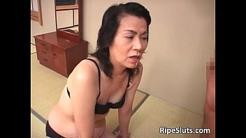 Slutty horny mature Asian sucks on hard 9分钟