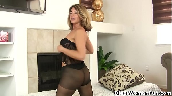 American milf Niki will whet your appetite for her pantyhosed pussy Thumb