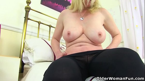 British milf Fiona gives her fanny the attention it needs Thumb