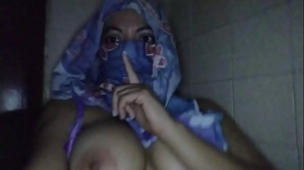 REAL ARAB MILF IN HIJAB MOM MASTURBATES WHILE H...