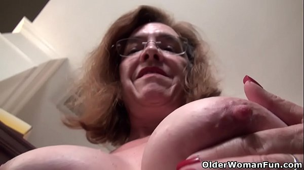 American gilf Melody Garner teases us with her unshaven cunt Thumb