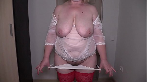Striptease in front of a stranger in sex chat. Mature bbw shakes natural boobs and shakes big booty near the webcam. Homemade fetish from a housewife