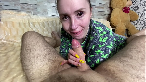 RUSSIAN HOUSEHOLD LOVES TO SUCK A COCK AND SUBMISSIONLY SWALLOWS IT Thumb