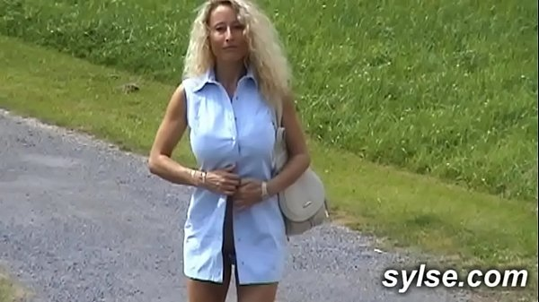 MILF with Dildo in parc before flashing threesome with strapon outdoor